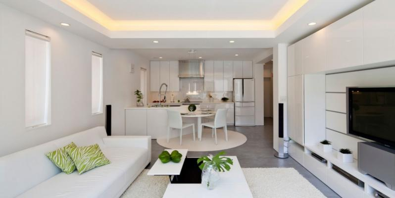 Натяжные потолки в гостиной совмещенной с кухней: фото примеров оформления