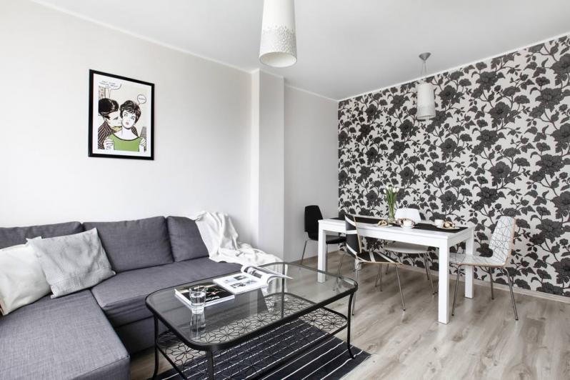 Обои с цветами комбинированные в интерьере гостиной фото